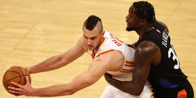 Derrick Rose, Julius Randle rally Knicks past Hawks to tie series at 1-1