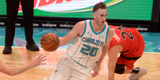 Gordon Hayward fractures right hand, listed as day-to-day