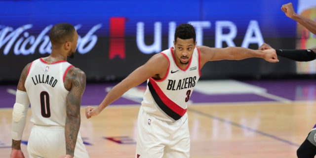 Blazers' CJ McCollum suffers fracture in foot, out at least 4 weeks